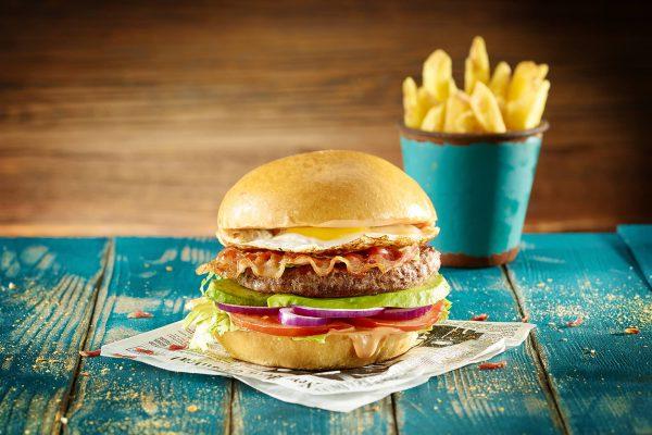 Foodfotografie_Burger mit Pommes_photodesign michael loeffler_neu-min